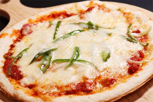 チーズたっぷりミラノピザ(750円)